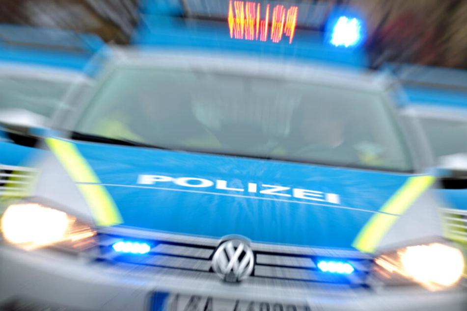 Ein Polizeiauto mit Blaulicht ist im Einsatz.