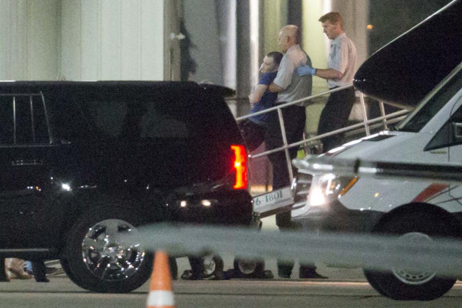 Otto Warmbier wird von Helfern in ein Auto verfrachtet. Er soll im Koma liegen.