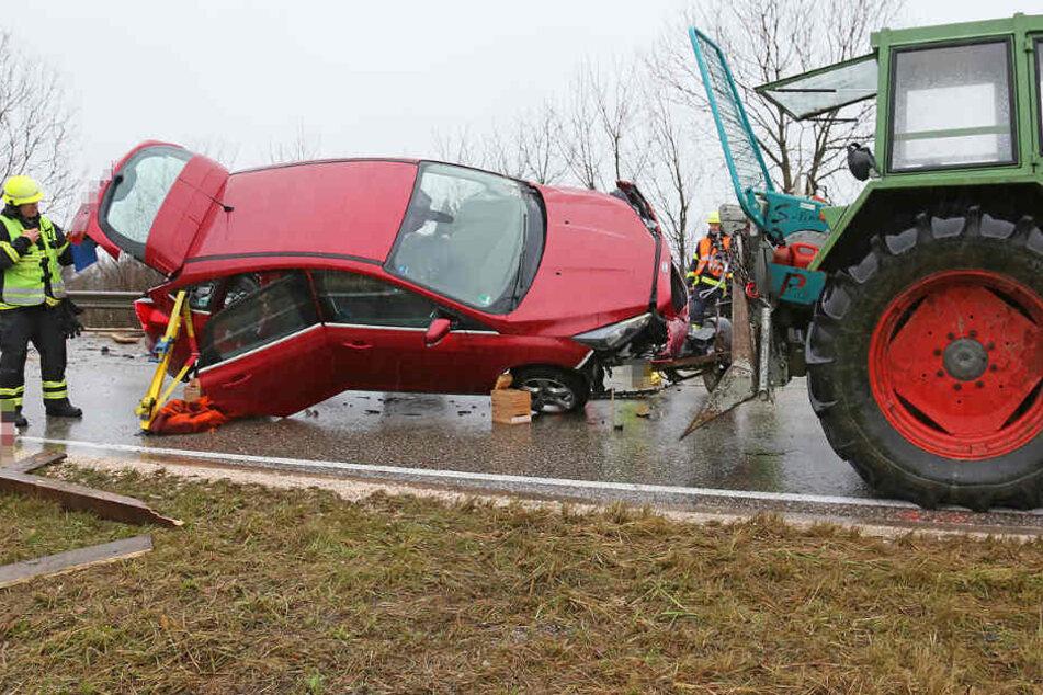 Rettungskräfte arbeiten an der Unfallstelle auf der Bundesstraße 20.