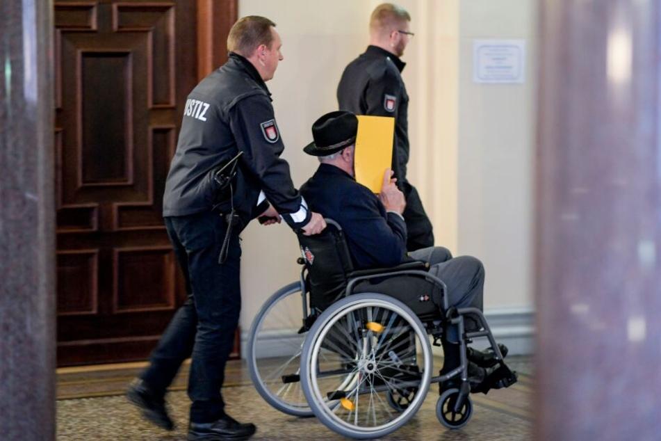 Der ehemalige SS-Wachmann wird aus dem Gerichtssaal gebracht.