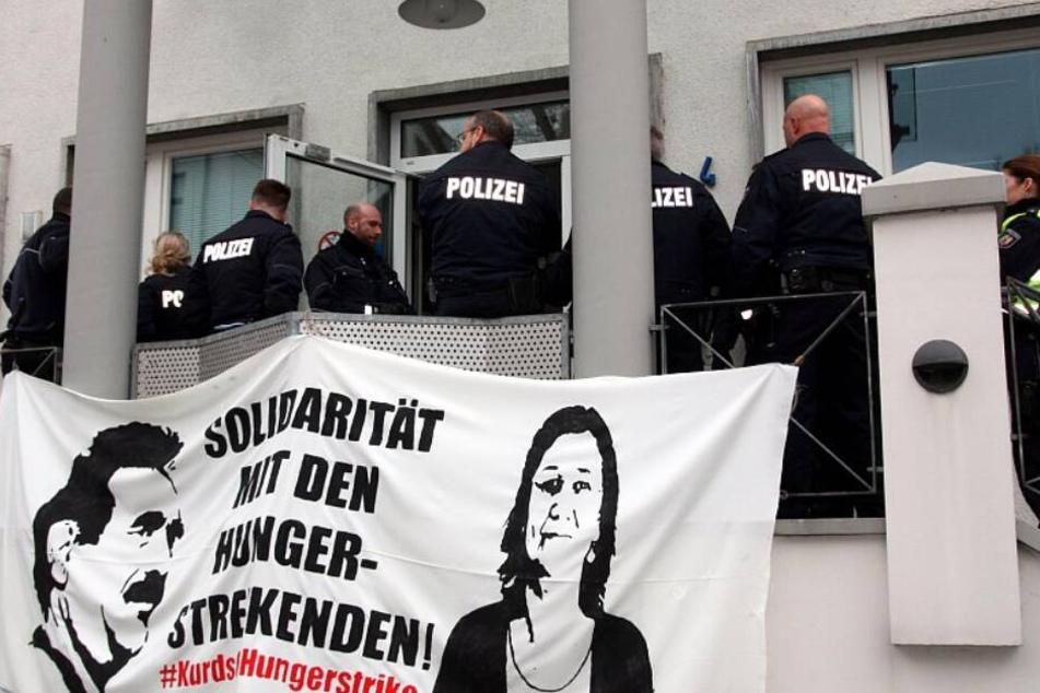 Die Aktivisten wollten Solidarität mit den Hungerstreikenden in der Türkei zeigen.
