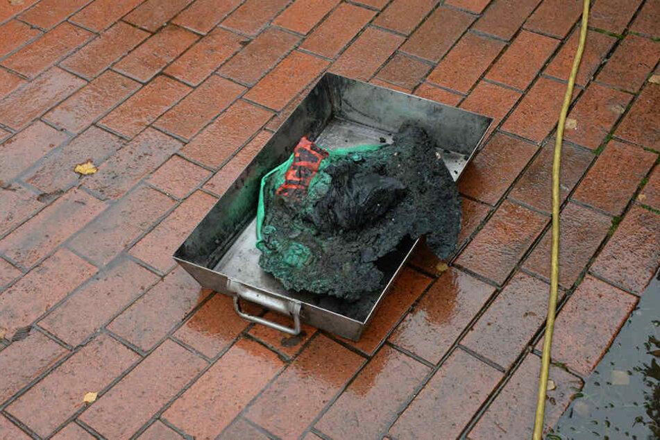 Der Übeltäter war schnell gefunden: Ein Mülleimer hatte Feuer gefangen - wie ist bisher unklar.