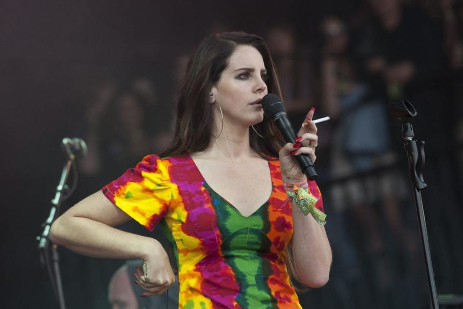 Lana Del Rey gab ein Konzert in Orlando. Einer der Zuschauer wollte sie wohl entführen.