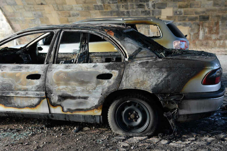 Eine schwerverletzte Person konnte sich aus eigener Kraft aus dem brennenden Auto retten. (Symbolbild)