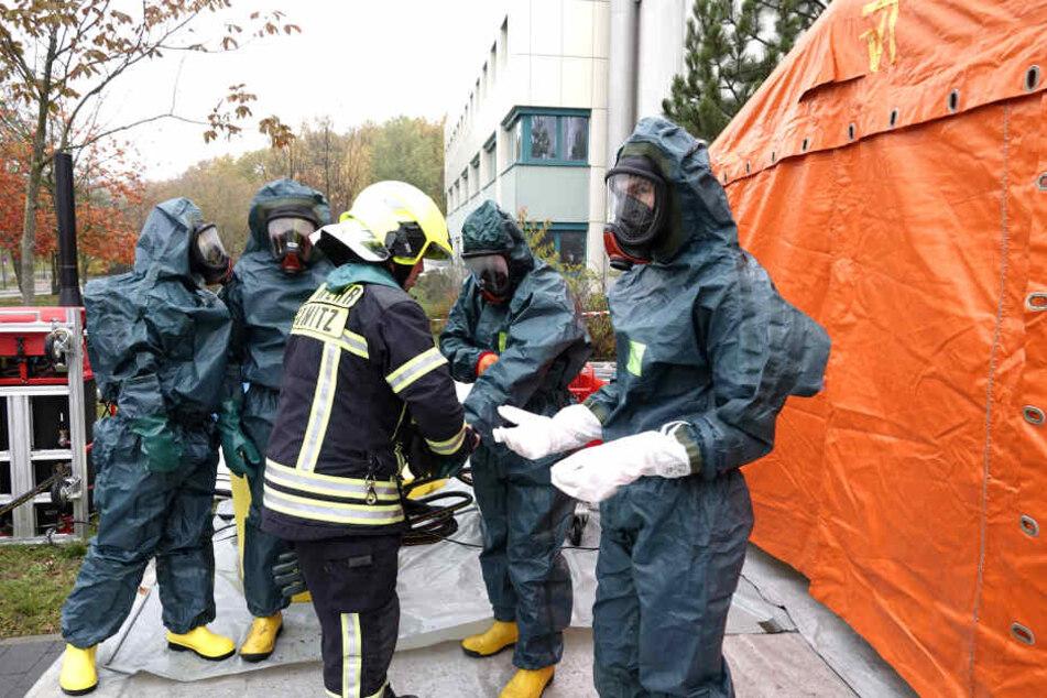 Die Rettungskräfte mussten Schutzanzüge tragen.