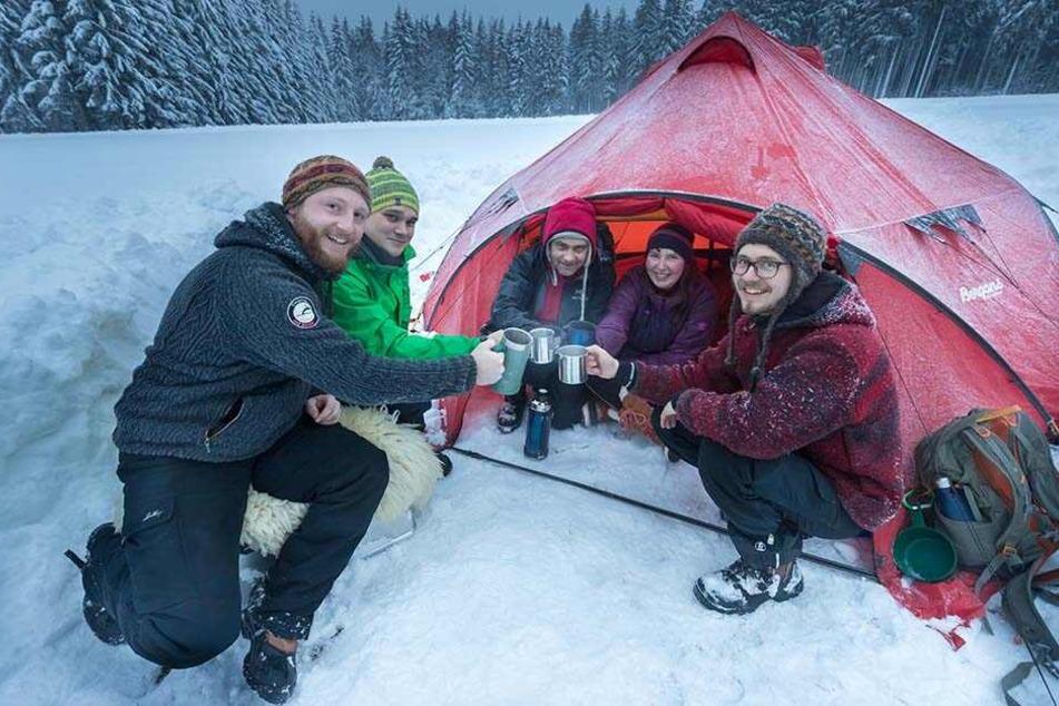 Übernachten bei -1 Grad: Otto (29), Robin (28), Torsten (47), Frieda (31) und Tobias (29,v.l.) haben ihre Zelte schon am Freitagabend aufgestellt.