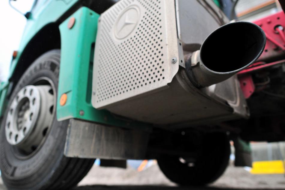 Der LKW verlor mehrere hundert Liter Diesel. (Symbolbild)
