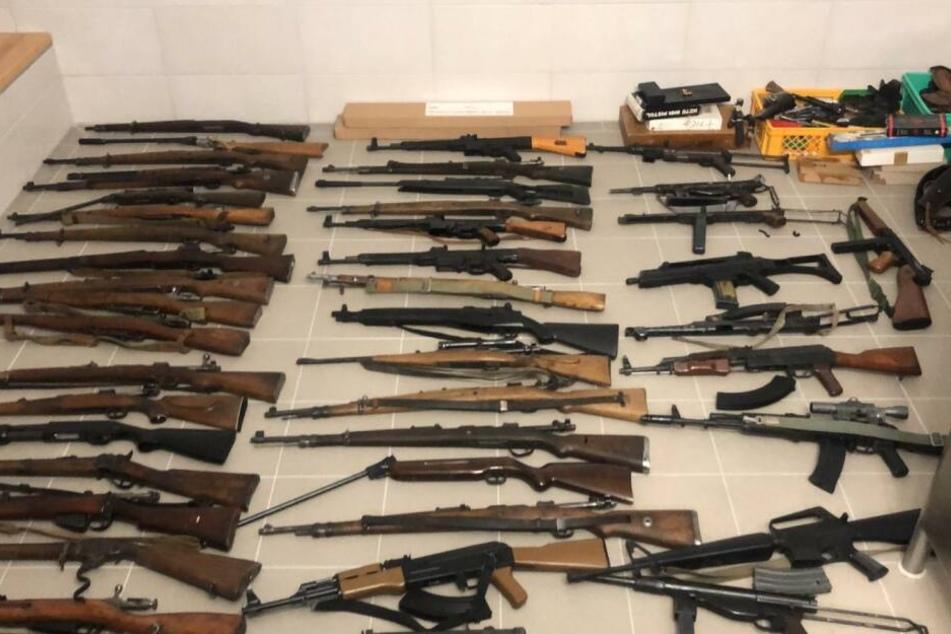 Ein Überblick über einige der gefundenen Gewehre und weitere Waffen.