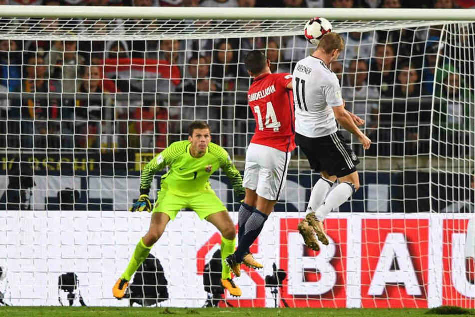 Das 4:0: Werner (r.) steigt höher als Norwegens Omar Elabdellaoui und überwindet Rune Jarstein im Tor.