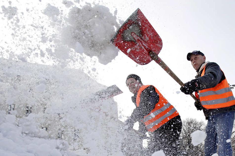Schneeschippen und das Streuen der Gehwege gehört zu den Pflichten von Anliegern.