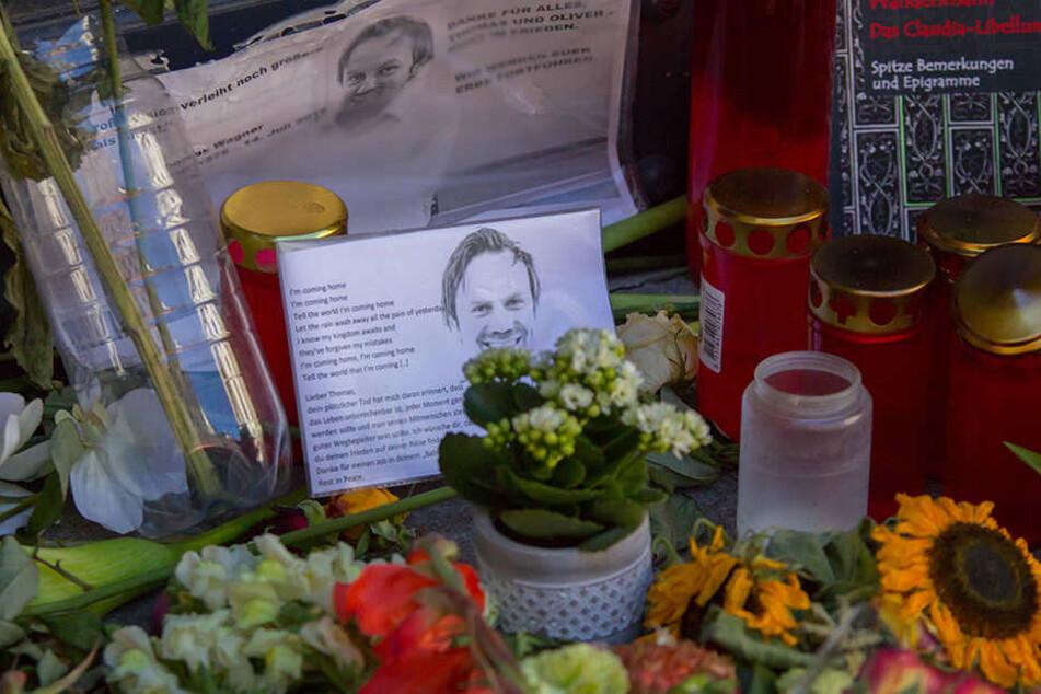 Blumen, Gedichte und Kerzen legten die Menschen an der Unister-Firmenzentrale im Leipziger Barfußgässchen nach dem Tod der beiden Gesellschafter nieder.