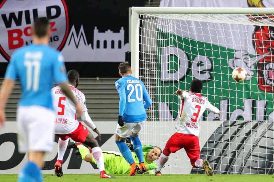 RB-Torhüter Peter Gulacsi konnte den Schuss von Lorenzo Insigne erst abwehren, doch Piotr Zielinski (#20) stand goldrichtig und traf per Abstauber zum 1:0 für Neapel.