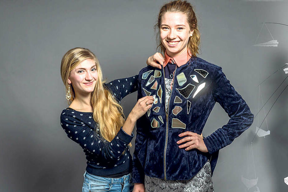 Alrike Gutsche (22, l.) putzt die Spiegelstücke auf der Jacke ihres Models Lisa (21). Für ihre Kollektion hat sie zehn Spiegel zerscherbelt.