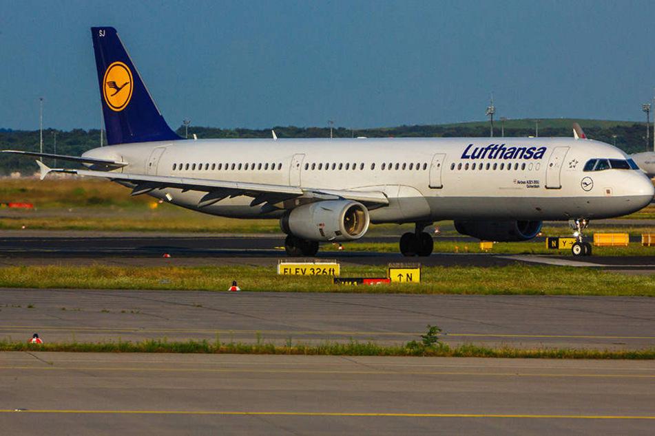 Eine Lufthansa-Maschine ist mit einer defekten Cockpitscheibe in Moskau gelandet. (Symbolbild)
