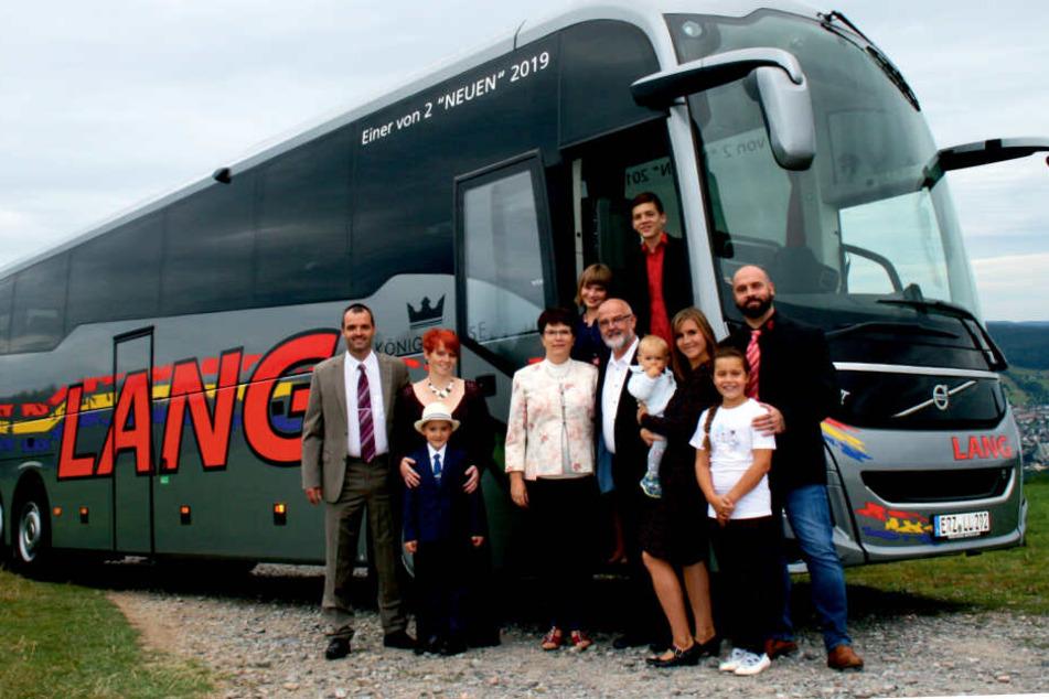 Familie Lang vor einem neuem Reisebus.