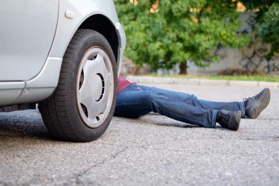 Das Auto überrollte die Beine der Frau. (Symbolbild)