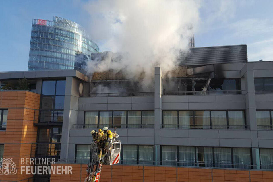 Mit einer voll ausgefahrenen Drehleiter löschten die Rettungskräfte den Brand im elften Stockwerk des Hotels.