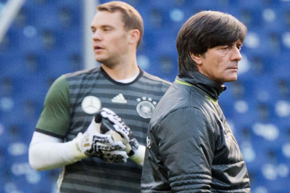 Schafft es Manuel Neuer in den WM-Kader von Joachim Löw (r.)?
