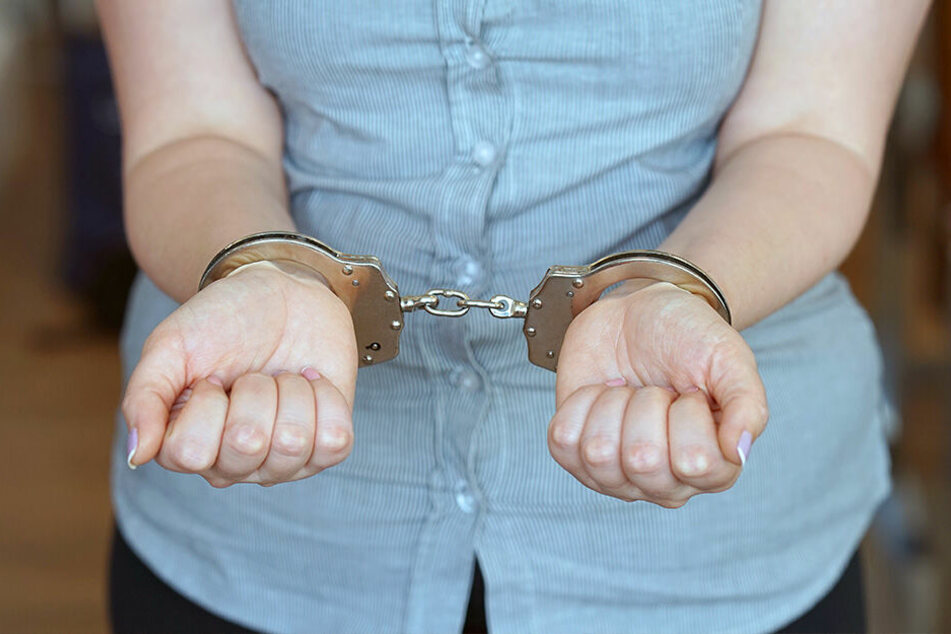 Die alkoholisierte 54-Jährige konnte aufgespürt und festgenommen werden. (Symbolbild)