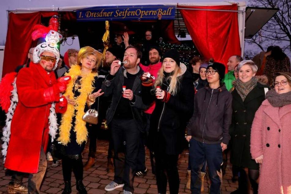 Singen, tanzen, protestieren: Der 1. Dresdner SeifenOpernBall ist gestartet. Die ersten Event-Teilnehmer versammelten sich auf dem Alaunplatz.