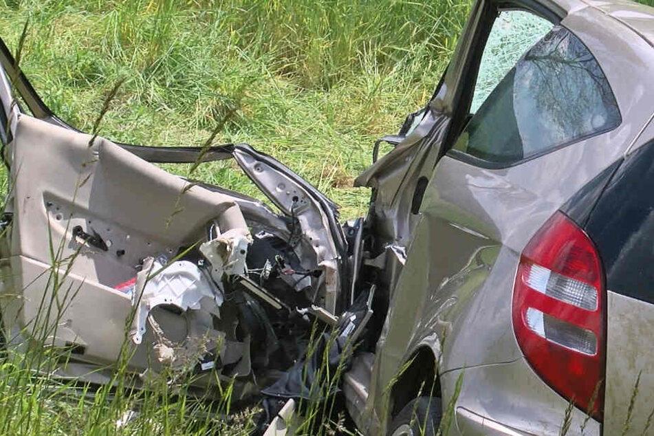 Der Unfallverursacher starb noch vor Ort an seinen schweren Verletzungen.