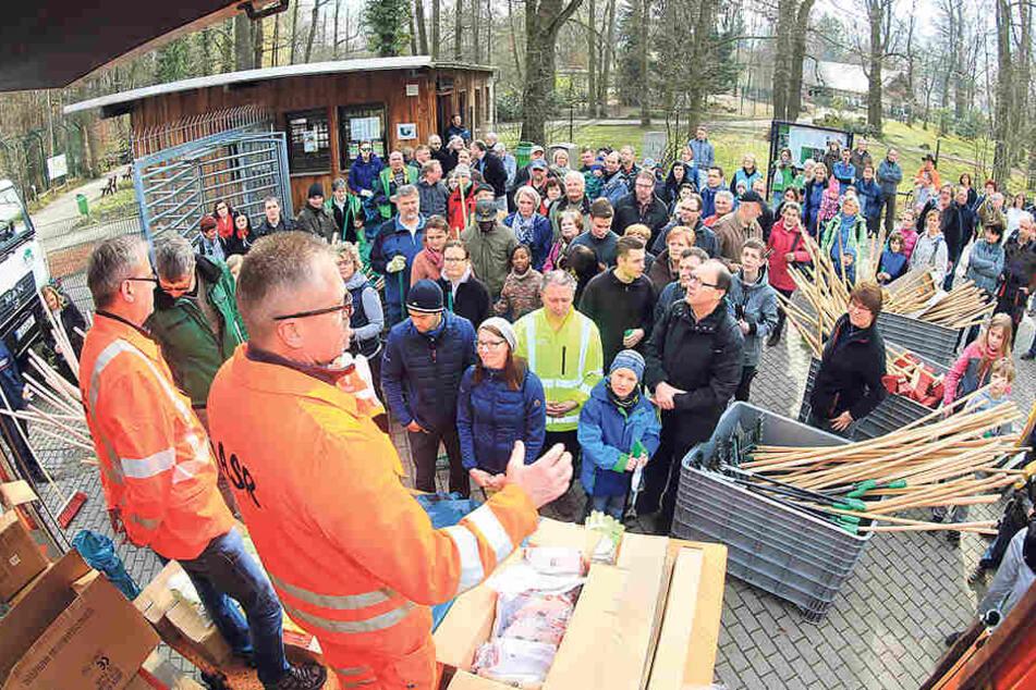 Bürgermeister Miko Runkel (56, r.) und ASR-Chef Dirk Behrendt (54) eröffneten  die Putzaktion.