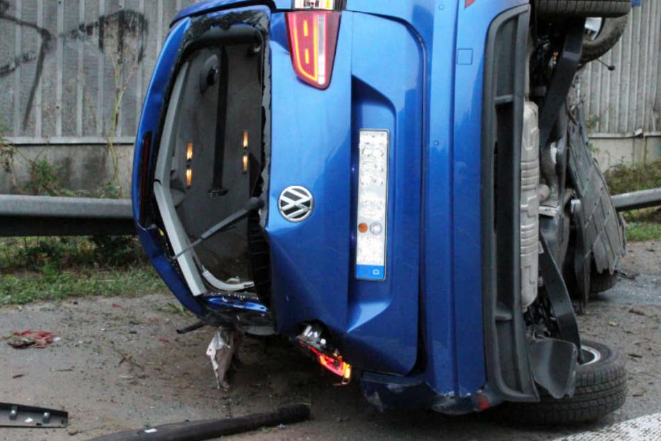VW überschlägt sich mehrfach und kracht gegen Betonwand