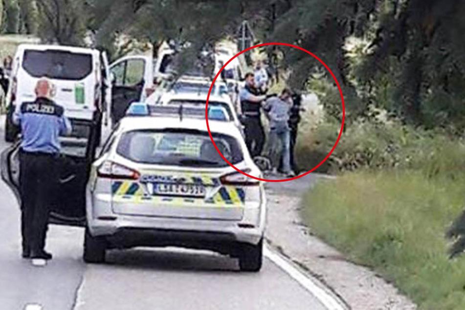 Der Moment des Zugriffs: Beamte stoppen den Miettransporter des Entführers Frank L. (Kreis) und befreien das Mädchen aus dem Laderaum.