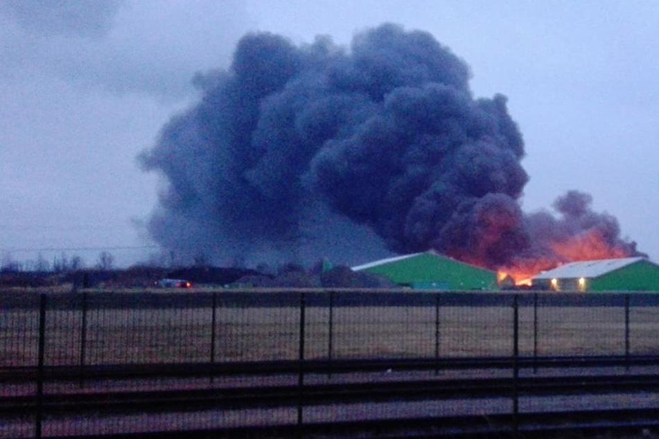 Über dem Betriebsgelände hängt eine große dunkle Rauchwolke.
