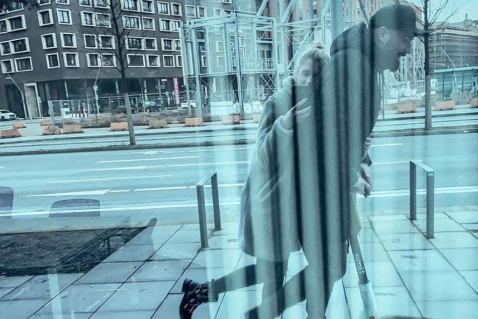 Jan Leyk cruist mit seiner Freundin durch die Stadt.