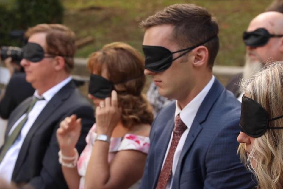 Die Gäste erlebten die Trauung mit verbundenen Augen.