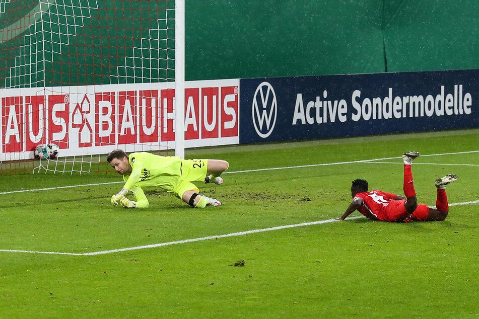 Zehn Minuten nach Spielbeginn konnte Amadou Haidara (r.) Bochums Keeper Patrick Drewes mit einem Flugkopfball zum 1:0 überwinden.