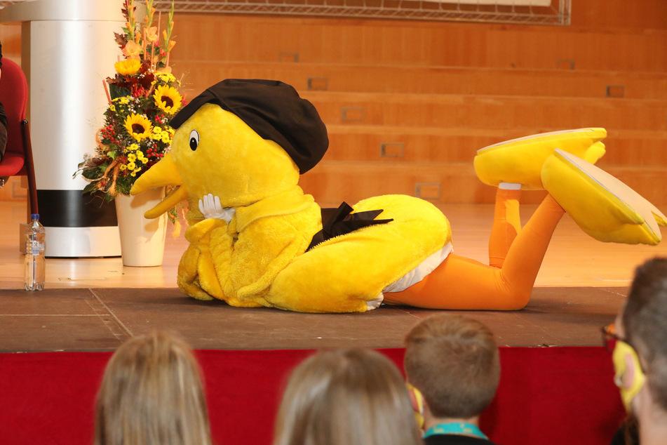 Das Maskottchen, der Goldene Spatz, lag zur Eröffnung des Festivals auf der Bühne im Theatersaal.