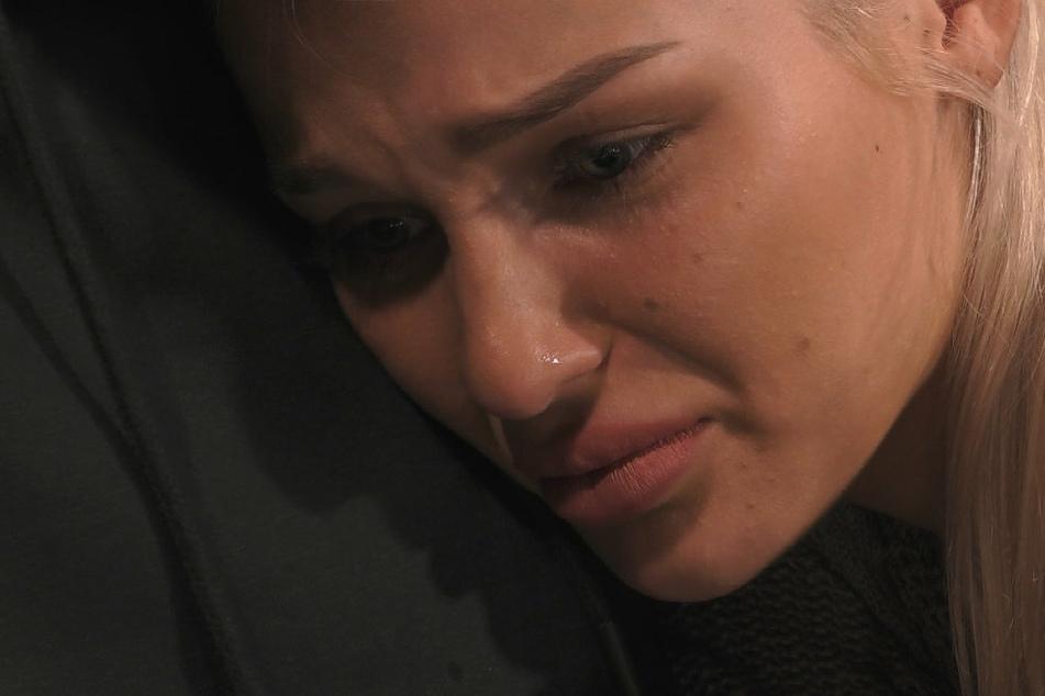 Bei Emmy Russ (21) brechen alle Dämme und sie weint sich an der Brust von Katy Bähm (27) aus.