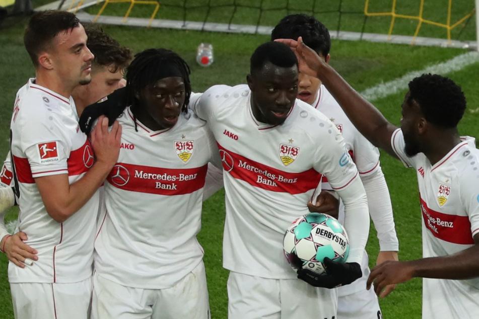 Will nach seinem Tor gegen den BVB mit dem Ball schnell zurück zum Mittelkreis: VfB-Angreifer Silas Wamangituka (21, mit Ball).