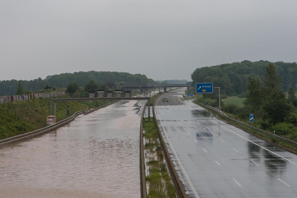 Das Regen-Unwetter in NRW hat auf zahlreichen Autobahnen für überflutete Fahrbahnen gesorgt.
