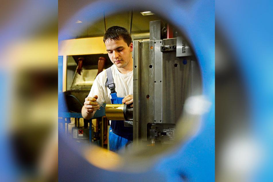 Ein Werkzeugmechaniker bei der Arbeit - in diesem Beruf gibt es noch gute Chancen auf eine Lehrstelle.