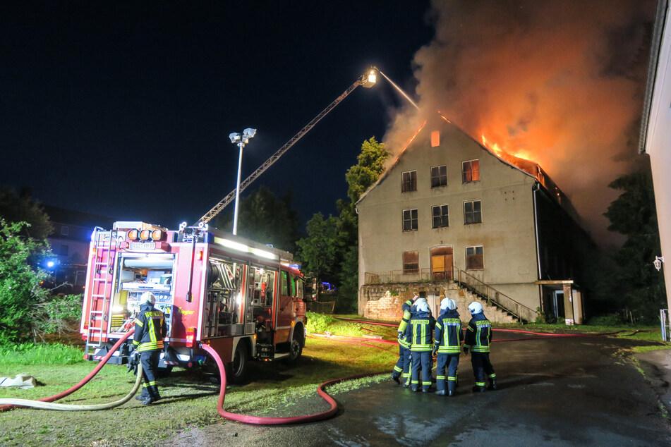 Dachstuhlbrand in Johanngeorgenstadt: Als die Feuerwehren eintrafen, stand das Dach bereits in Vollbrand und die Flammen schlugen in den Himmel.