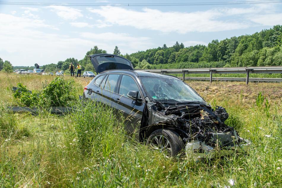 Unfall A72: BMW kommt von Autobahn ab: Zwei Verletzte bei Unfall auf A72