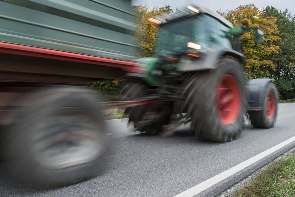 Der Fahranfänger musste nach dem Frontalzusammenstoß mit dem Traktor per Rettungshubschrauber in ein Krankenhaus gebracht werden. (Symbolfoto)