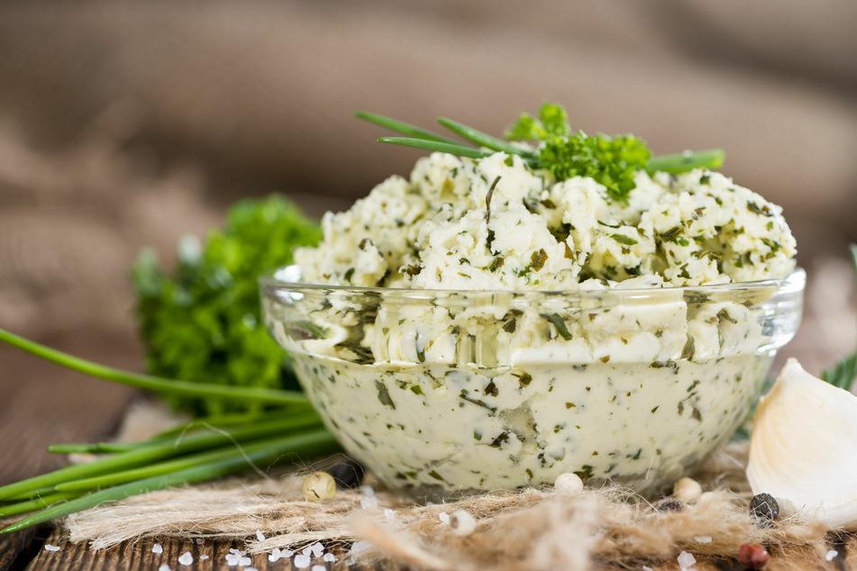 Von Schnittlauch bis Petersilie: Frische oder gefrorene Kräuter geben der Butter den richtigen Kick.