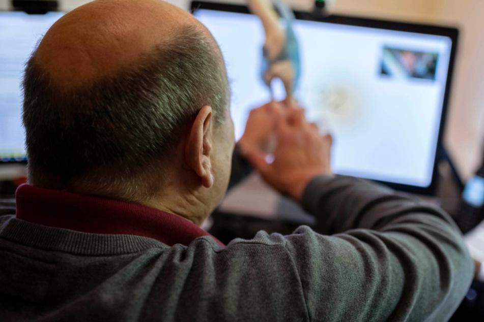 Der Arzt Michael Thomas Becker führt in seiner Praxis eine Telemedizinberatung per Videokonferenz durch.
