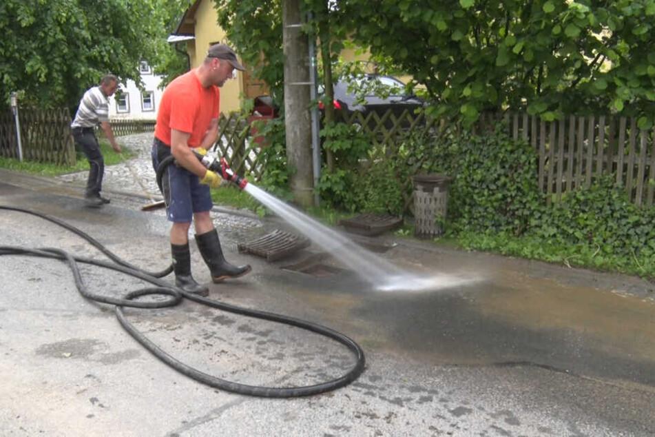 In Schlettau müssen die Straßen von Schlamm befreit werden.