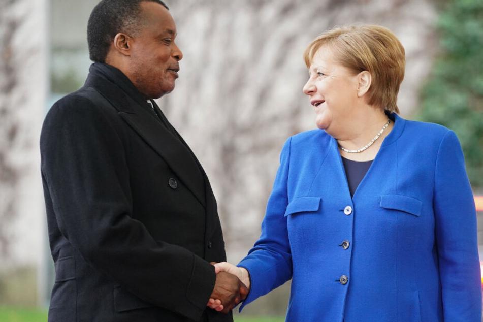 Bundeskanzlerin Angela Merkel (CDU) empfängt Denis Sassou-Nguesso, Präsident der Republik Kongo, vor dem Bundeskanzleramt zur Libyen-Konferenz.