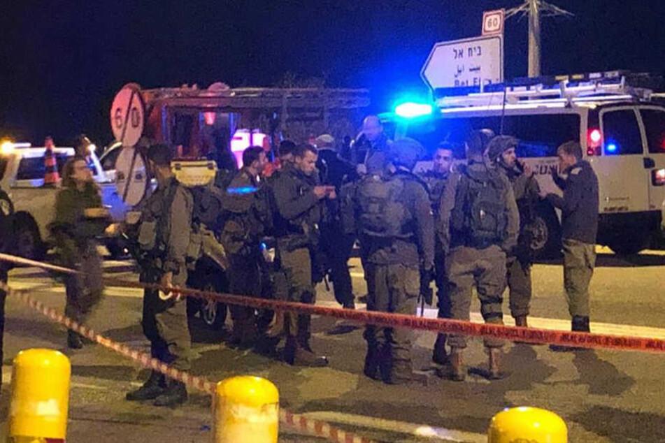 Die israelische Armee sicherte den Ort des Anschlags, sucht nach den Angreifern.