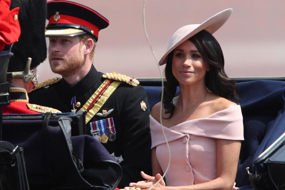 """Bei der Kutschfahrt zur Militärparade """"Trooping the Colour"""" zeigte sich Meghan von ihrer besten Seite."""