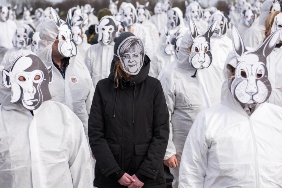 Tierschützer demonstrieren mit Masken in der Innenstadt.