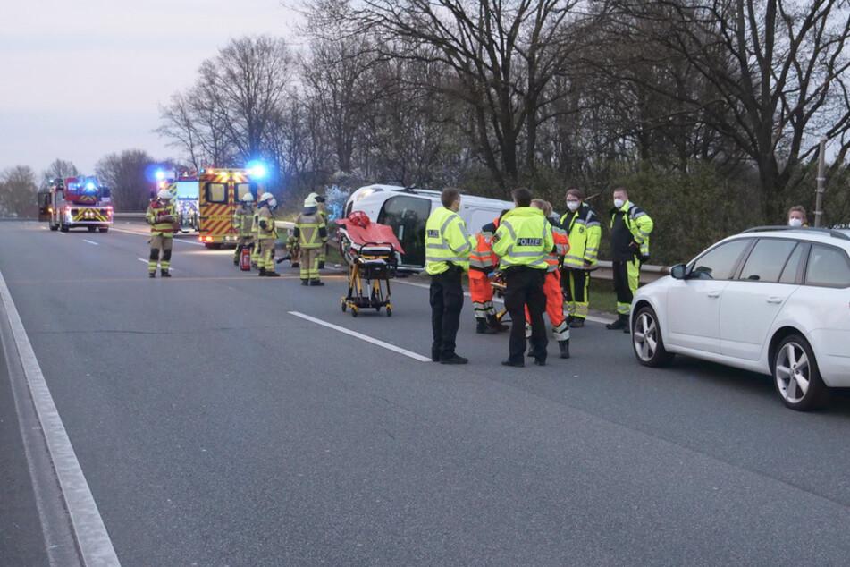 Unfall auf dem Zubringer: Auto überschlägt sich und kracht durch Leitplanke