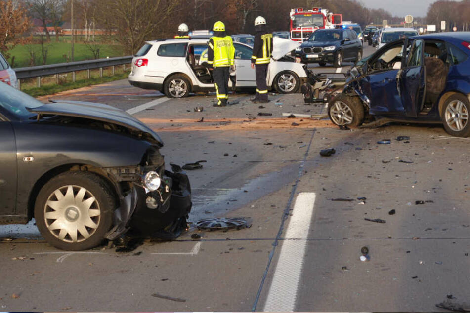 Die Geisterfahrt endete tödlich: Drei zerstörte Autos stehen auf der Autobahn 1 im Landkreis Diepholz.