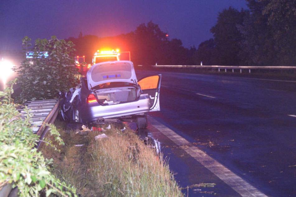 Der BMW wurde bei dem Crash unter die Leitplanke gedrückt.